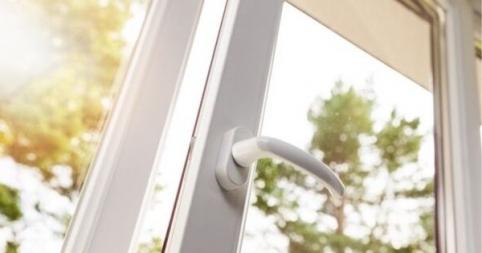 Comment bien nettoyer des fenêtres en PVC blanc ?